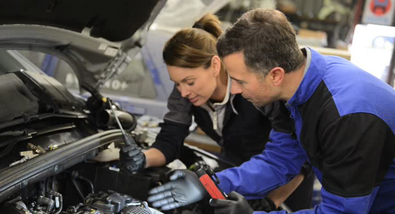 car EFI technicians test injectors